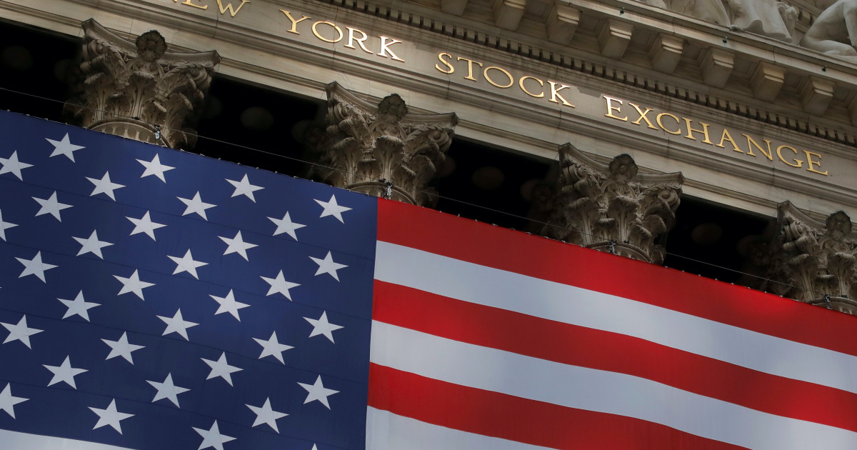 US stocks tread water as uncertainty clouds outlook