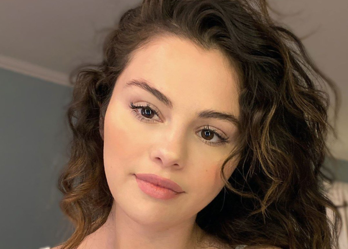 Selena Gomez Does Her Own Makeup And Is Magnificent!